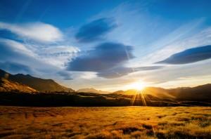 fond_soleil_couchant_montagne_ciel_bleu